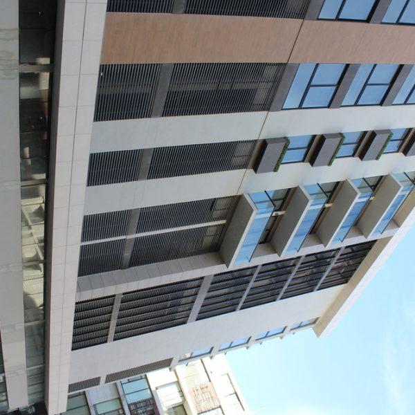 Louver HL3E en fachada lateral - AmbarJPG